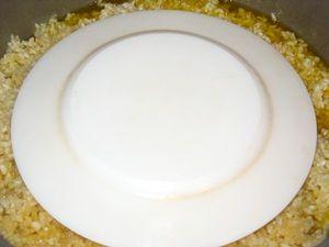 накрыть плов с курицей тарелкой