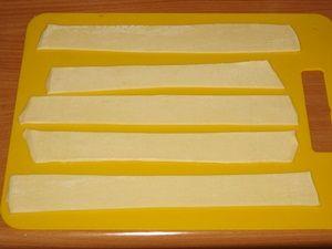 полоски слоёного теста для заворачивания сосисок