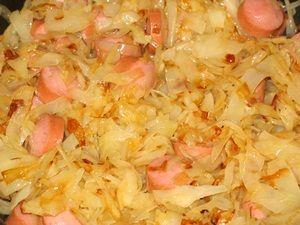 тушить капусту с сосисками
