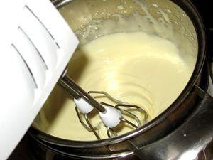 заварить на водяной бане яичные желтки