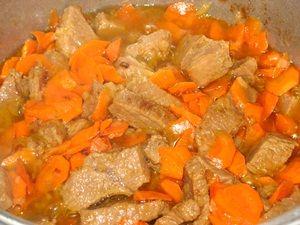жарка говядины с морковкой для плова