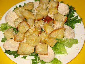 крутоны в салате Цезарь