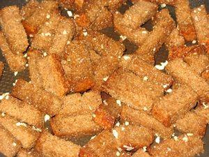 обваливание хлеба в чесноке