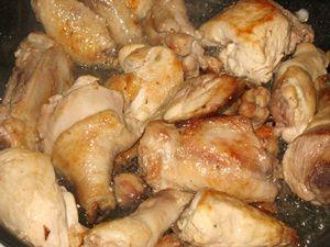 обжаренные кусочки курицы для чахохбили
