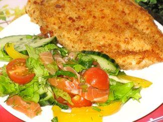 гарнир из овощного салата с лососем
