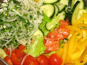 ингредиенты для овощного салата с лососем