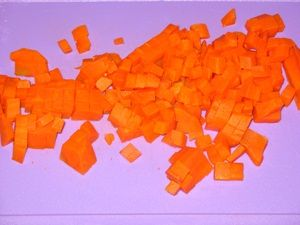 кусочки морковки для салата