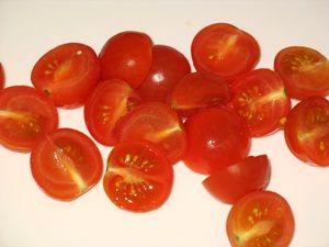 половинки помидоров черри