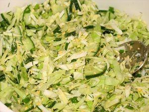 ингредиенты для салата со свежей капустой и огурцом