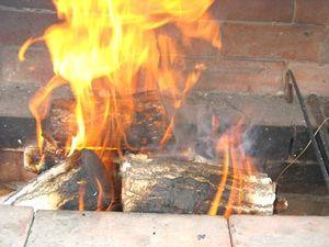 нажигаем угли в мангале