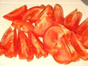 помидоры порезать ломтиками