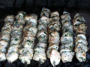 шашлык из курицы жарится на мангале
