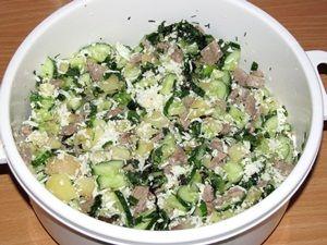 перемешанные ингредиенты для салата середина лета