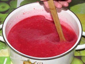 перемешивание сока красной смородины с сахаром