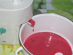 выжимание сока из красной смородины