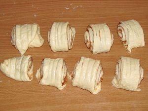 колбаска нарезана на булочки
