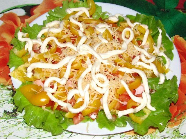 Овощной салат с копчёной курицей