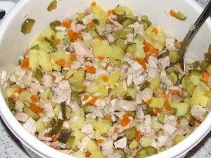 перемешанные ингредиенты для салата с молоками