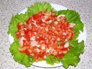 слой помидоров в салате с копчёной курицей