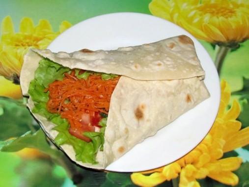 Лаваш с корейской морковью, копчёной курицей и овощами