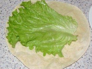 лист салата на лепёшке
