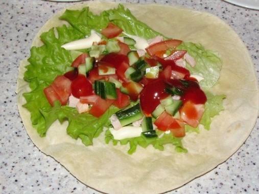 овощи с кетчупом на лепёшке