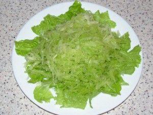 тёртая редька на листьях салата