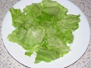 листья салата на дне тарелки