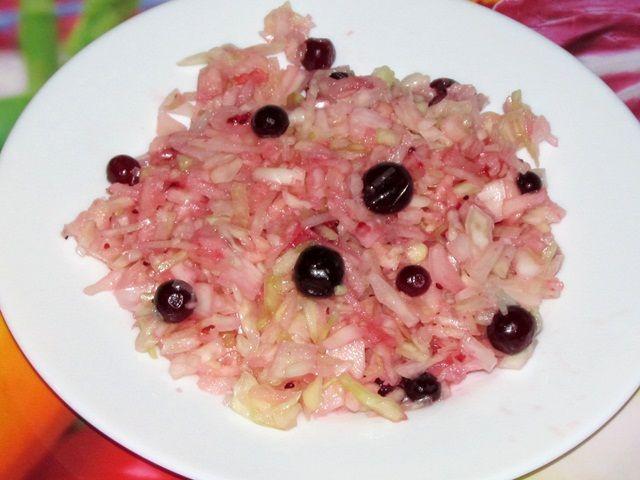 Салат из капусты с яблоком и клюквой