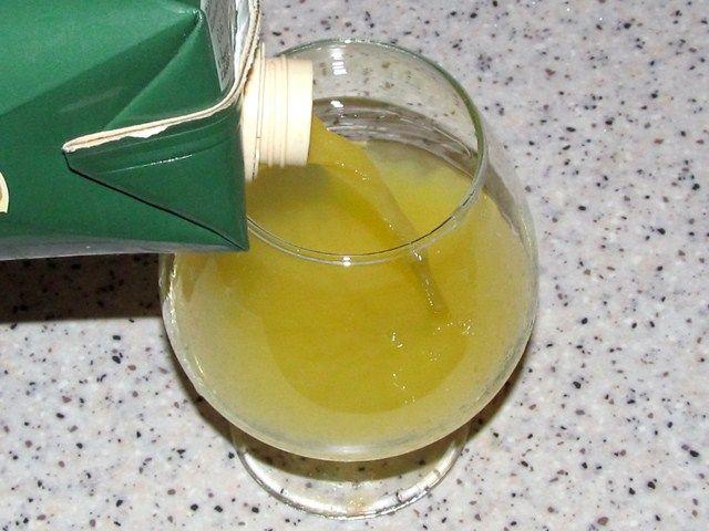наливаем сок в бокал
