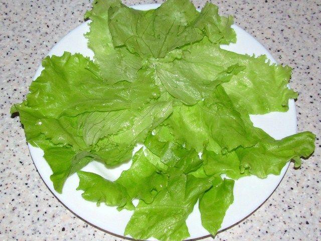 листья салата на тарелке