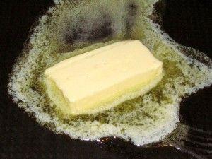 сливочное масло тает на сковороде