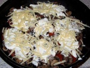 смазать грибы сметаной и посыпать сыром