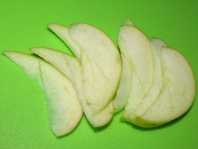 тонко нарезанные яблоки