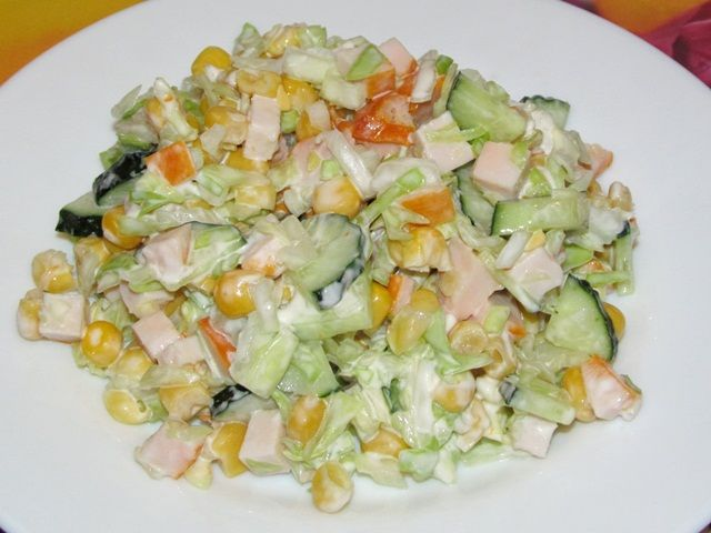 Капустный салата с копчёной курицей и кукурузой