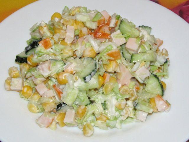 Салат с копченой курицей огурцом и кукурузой
