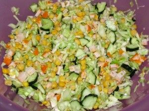 перемешанные ингредиенты для салата