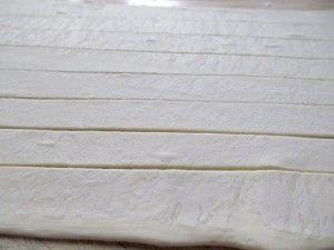 слоёное тесто нарезано полосками