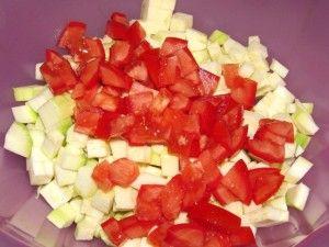 нарезанные кабачки с помидорами