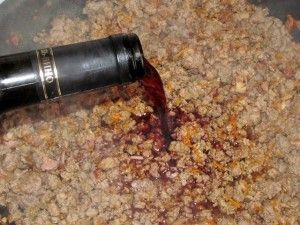 добавляем вино в обжаренный фарш