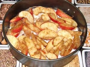 яблоки на дне формы для выпечки