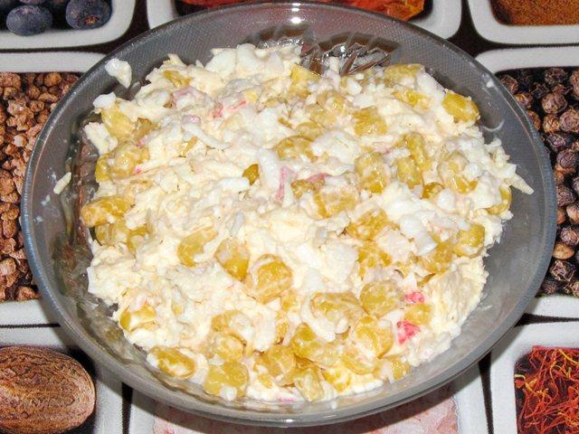 Салат с колбасным сыром помидорами и крабовыми палочками и сыром