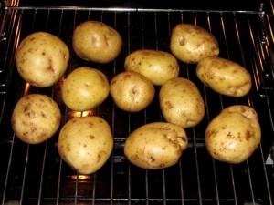мытая картошка на решётке