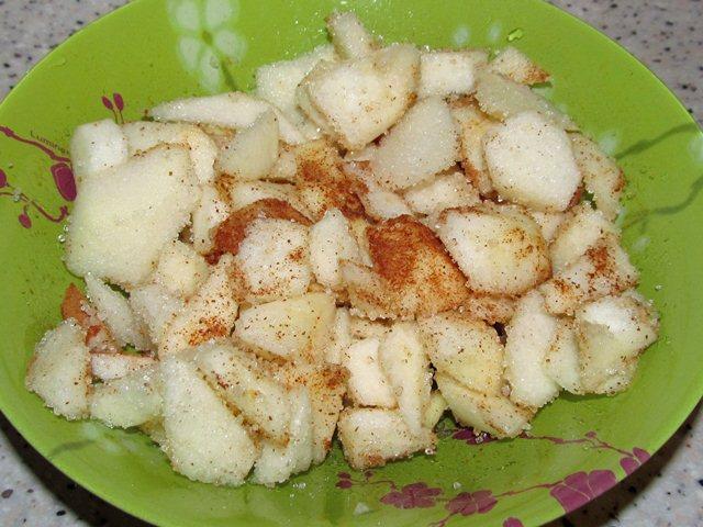 яблоки сахар корица перемешаны