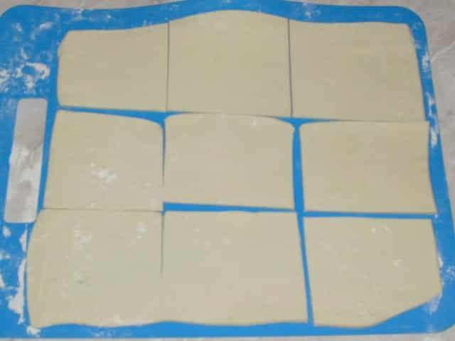 тесто нарезано на квадраты