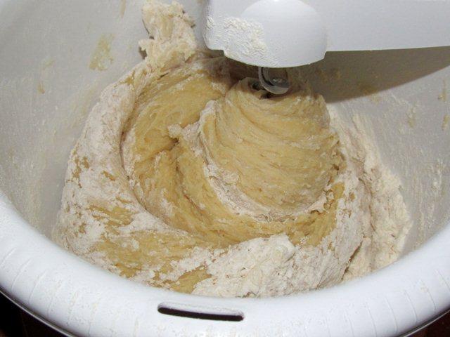 замешивание теста для торта рыжик