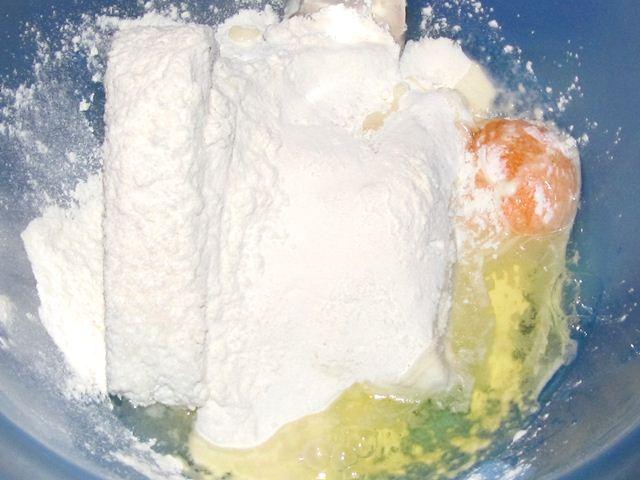 ингредиенты для творожников в чаше для смешивания
