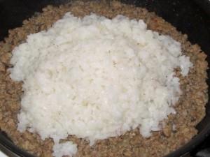 рис в сковороде с фаршем