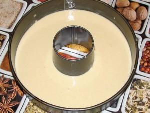 тесто в форме для выпечки