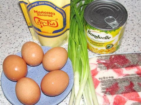 Ингредиенты для крабового салата с кукурузой и зелёным луком